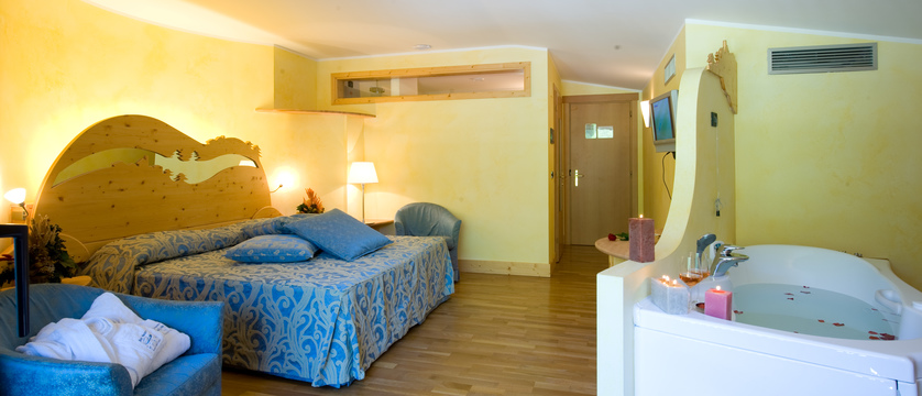 italy_bardonecchia_hotel_rive_bedroom.jpg